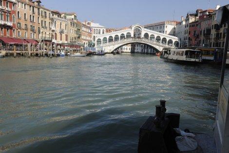 Nemohli jsme minout ani Ponte Rialto, dnes kamenný, původně dřevěný most z roku 1255, který nahradil most pontonový.