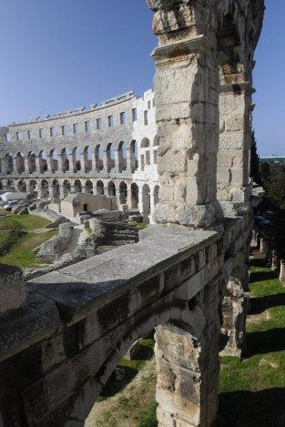Byla zde vystavěna obrovská aréna (dříve než římské Koloseum), vodovody, kanalizace, triumfální oblouk Sergii a Herkulova brána.