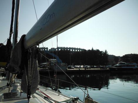 Stáli jsme v pulském přístavu, kterým kdysi procházela historie, dívali se na římský amfiteátr a já si říkal, že ten jachting není vůbec špatný sport.