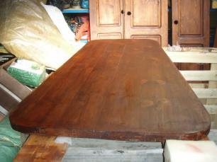 Deska stolu po moření a první vrstvě vosku.