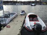 Motorové čluny, v pozadí plovoucí podium.