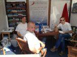 Překvapení s utopencem. Jirka Zindulka a Pavel Burkert na stánku Yachcharter.