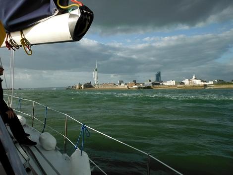 Připlouváme do Portsmouth. To zpěněné je odlivový proud.