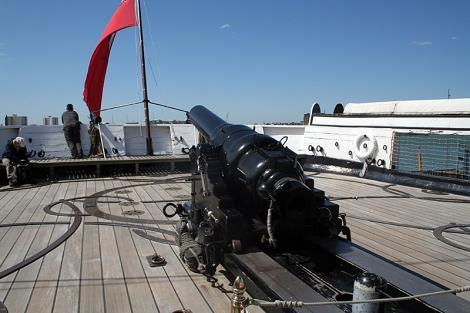 Příďové dělo na HMS Warrior.