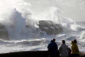 Bouře zvedala u pobřeží obrovské vlny.