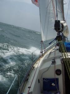 Tady se Péťa pokoušel zachytit náklon lodi, jak přejíždí přes vlnu.