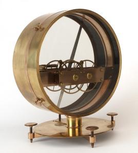 Obr. 18: Magnetický inklinometr (anglicky 'dip circle' nebo také 'dipping needle'), který s sebou Cook vezl na své druhé plavbě okolo světa. Délka střelky je 30,5cm. Zdroj: [10].