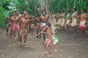 Domorodé tance v tradičních oděvech.