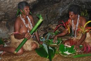 Tradiční příprava jídla na banánových listech.