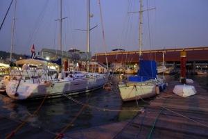 Janna se člunem (obě tak malé v porovnání se sousední Beneteau 40…) vyvázány, teď už jen čekat… (sprchový kout na levoboku sundám, až přijde večer Péťa).