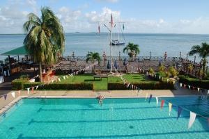 Yacht club s bazénem.