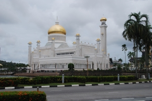 Palácový komplex se zlatou střechou.