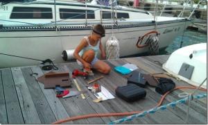 Poličky poslátala Janička ze zbytků, které jsme dříve z lodi vymontovali.
