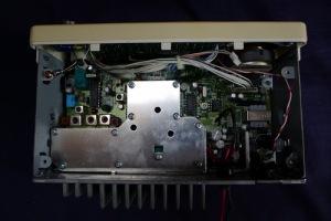 Nepřátelsky vyhlížející změť útrob rádia GME GX558A.