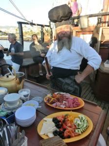 Lodní kuchař s připravenou snídaní.