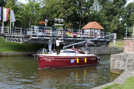 Loď proplouvající pod otáčivým mostem