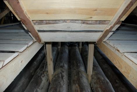 Detail vstupu do podpalubí, ve kterém se budou skladovat plastové sudy s proviantem