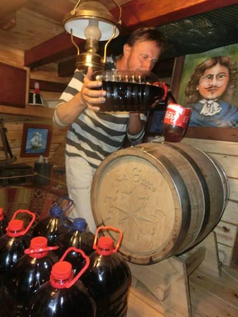 Příprava nové várky lodního portského vína.