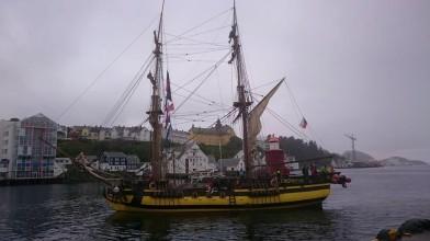 La Grace připlouvá do přístavu v Alesundu
