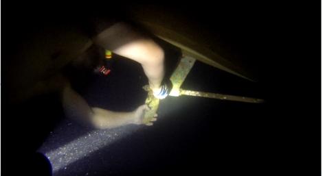 I pro takové účely se hodí vodotěsná svítilna. Řezal jsem to lano pod vodou na nádech a byl jsem moc rád, že na to vidím. Zabralo to celou hodinu. Ještě že to moře v Řecku je teplé (byl to začátek října).