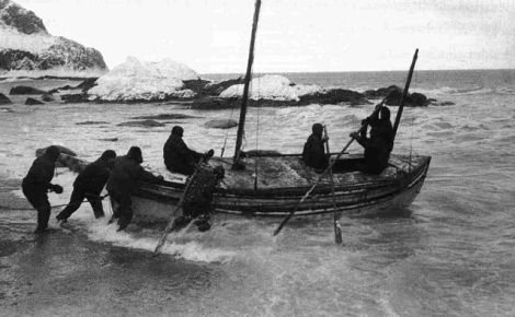 """""""LaunchingTheJamesCaird2"""" od Probably Frank Hurley, the expedition's photographer"""